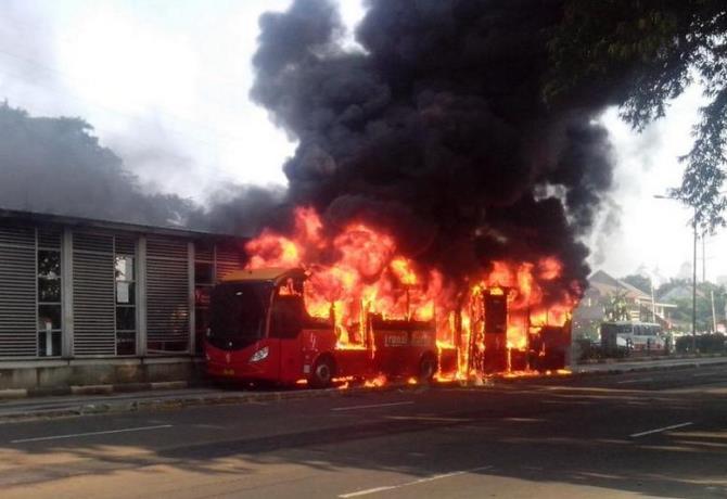 busway-terbakar-jakarte-foto.giewahyudi-670