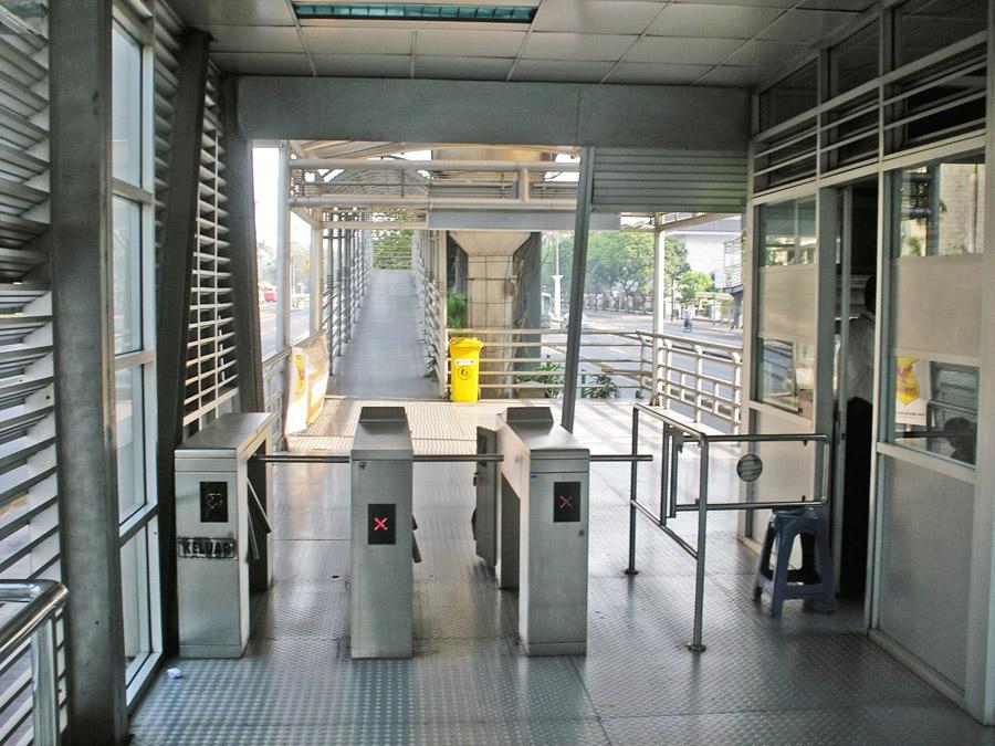 JakartaTransjakartaHaltestelleAusgang